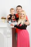 Szczęśliwa młoda rodzina, mama tata i mała dziewczynka, fotografia stock