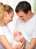 Szczęśliwa młoda rodzina matka, ojciec i nowonarodzony dziecko w ich a, Zdjęcia Royalty Free