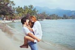 Szczęśliwa młoda rodzina na plaży fotografia royalty free