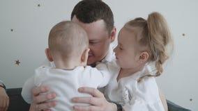 Szczęśliwa młoda rodzina w domu zbiory