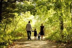 Szczęśliwa Młoda rodzina w naturze zdjęcie stock