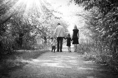 Szczęśliwa Młoda rodzina w naturze obraz royalty free