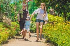 Szczęśliwa młoda rodzina wydaje czas plenerowego na letnim dniu zdjęcia royalty free