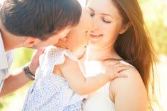 Szczęśliwa młoda rodzina wydaje czas plenerowego na letnim dniu, pinkin Zdjęcie Stock