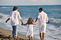 Szczęśliwa młoda rodzina zabawę na plaży Zdjęcie Royalty Free