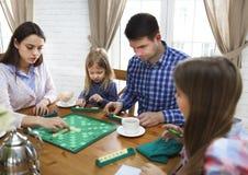 Szczęśliwa młoda rodzinna plaing gra planszowa Obraz Royalty Free