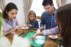 Szczęśliwa młoda rodzinna plaing gra planszowa Zdjęcia Royalty Free