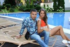 Szczęśliwa młoda romantyczna para w miłości zdjęcia royalty free