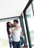 Szczęśliwa młoda romantyczna para zabawę i relaksuje w domu indoors Obraz Royalty Free