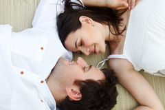 Szczęśliwa młoda uśmiechnięta para na lato łące Obrazy Stock