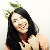Szczęśliwa młoda urocza kobieta z koroną Zdjęcia Royalty Free