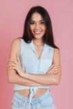 Szczęśliwa młodej kobiety pozycja relaksująca z rękami składać obraz stock