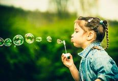 Szczęśliwa mała ładna dziewczyna plenerowa w parku Obrazy Stock