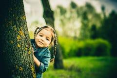 Szczęśliwa mała ładna dziewczyna plenerowa w parku fotografia royalty free