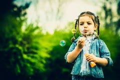 Szczęśliwa mała ładna dziewczyna plenerowa w parku Zdjęcia Stock