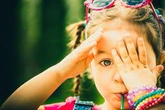Szczęśliwa mała ładna dziewczyna plenerowa w parku Zdjęcie Royalty Free