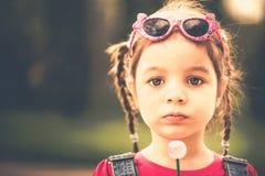 Szczęśliwa mała ładna dziewczyna plenerowa w parku Zdjęcie Stock
