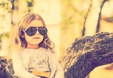 Szczęśliwa mała ładna dziewczyna plenerowa w parku obrazy royalty free