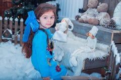 Szczęśliwa mała dziewczyna w sukni z teraźniejszością boże narodzenia Fotografia Royalty Free
