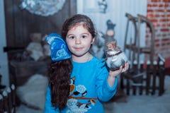 Szczęśliwa mała dziewczyna w sukni z teraźniejszością boże narodzenia Obraz Stock