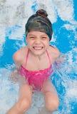 Szczęśliwa mała dziewczynka śmia się w basenie Zdjęcia Stock