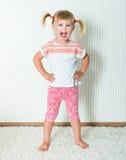 Szczęśliwa mała dziewczynka angażująca w fizycznej aktywności obrazy royalty free