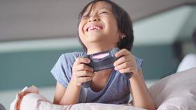 Szczęśliwa mała dziewczynka bawić się gemową konsolę zbiory