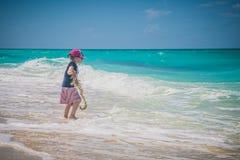Szczęśliwa mała dziewczynka bawić się na plaży Wakacje, outdoors obraz stock