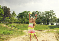 Szczęśliwa mała dziewczynka bawić się przed deszczem Zdjęcie Royalty Free