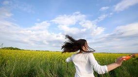 Szczęśliwa mała dziewczynka bawić się wśród mydlanych bąbli na zielonej łące w lecie zdjęcie wideo