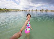 Szczęśliwa mała dziewczynka bawić się w oceanie na rodzinnym wakacje obrazy stock