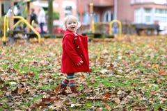 Szczęśliwa mała dziewczynka bawić się w parku Zdjęcia Royalty Free