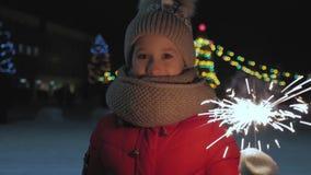 Szczęśliwa mała dziewczynka bawić się z Bengalia światłami przy plenerowym Palić Bengal światła w rękach dziecko przeciw zbiory