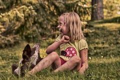 Szczęśliwa mała dziewczynka i Jej zwierzę domowe obraz royalty free