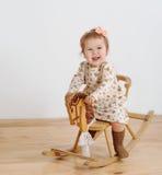 Szczęśliwa mała dziewczynka i koń - kołysać krzesła Obrazy Royalty Free