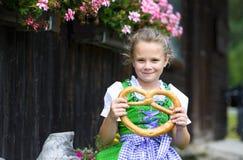 Szczęśliwa mała dziewczynka jest ubranym tradycyjnego Bawarskiego smokingowego dirndl ho Zdjęcia Royalty Free