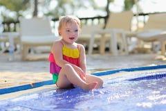 Szczęśliwa mała dziewczynka ma zabawę w outdoors biedzie Obrazy Royalty Free