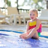 Szczęśliwa mała dziewczynka ma zabawę w outdoors biedzie Fotografia Royalty Free