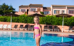 Szczęśliwa mała dziewczynka ma zabawę w pływackim basenie Obraz Stock
