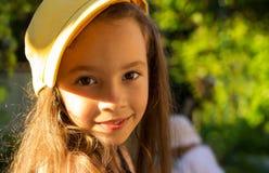 Szczęśliwa mała dziewczynka ma zabawa sport przy parkiem Zdjęcie Royalty Free
