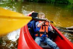 Szczęśliwa mała dziewczynka na kajaku na rzece Obraz Royalty Free