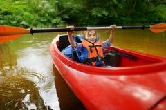 Szczęśliwa mała dziewczynka na kajaku na rzece Obraz Stock