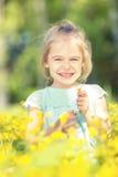 Szczęśliwa mała dziewczynka na kwitnącej łące Zdjęcie Royalty Free