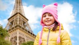 Szczęśliwa mała dziewczynka nad wieżą eifla w Paris Zdjęcia Royalty Free