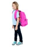 Szczęśliwa mała dziewczynka niesie szkolną torbę zdjęcia stock