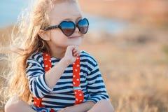 Szczęśliwa mała dziewczynka przy nadmorski w lecie Obrazy Stock