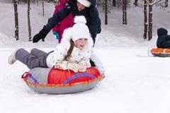 Szczęśliwa mała dziewczynka przygotowywa ślizgać się puszek śnieżny wzgórze Obrazy Royalty Free