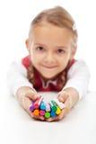 Szczęśliwa mała dziewczynka trzyma kolorowych modelarskich glina bary Zdjęcia Royalty Free