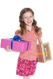 Szczęśliwa mała dziewczynka trzyma prezentów pudełka fotografia royalty free