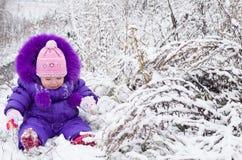 Szczęśliwa mała dziewczynka w śnieżnym krajobrazie obraz stock